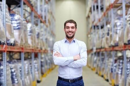 62211944-al-por-mayor-logística-comercial-exportación-y-concepto-de-la-gente-hombre-feliz-en-el-almacén